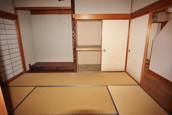 和室には押入れ収納と床の間があります。