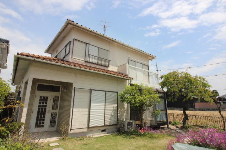 【外観写真】 南面にお庭があるので日当たり良好です。 名鉄新舞子駅徒歩10分と特急の利用も快適です。