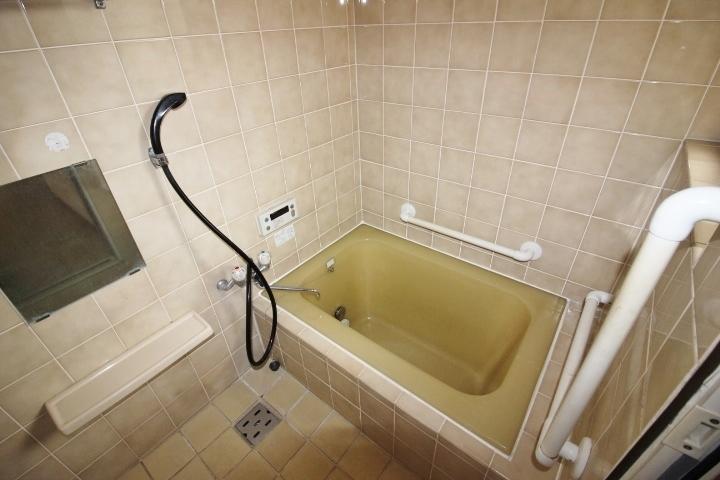 昭和を感じる洋風なお風呂です。 窓もあり日当たり風通しも良好です。