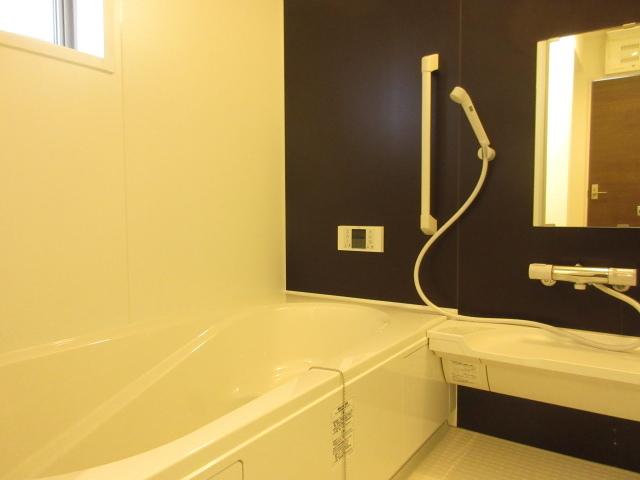 明るい色調のバスルーム