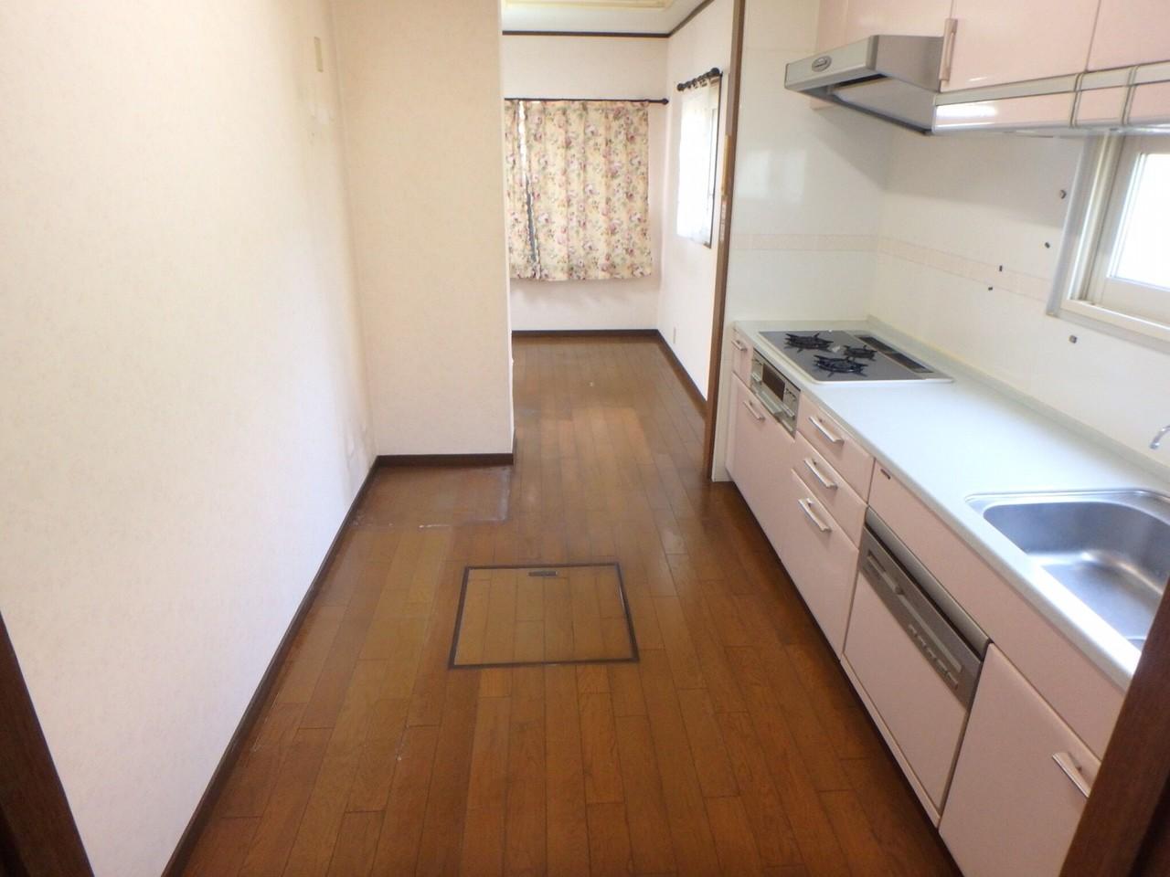 LDKの北側にキッチンがあります。 扉で仕切られていないので、リビングにいるご家族の声を感じながら家事ができますね。 来客に家事スペースを見られないですむのも、この間取りの良さだと思います。