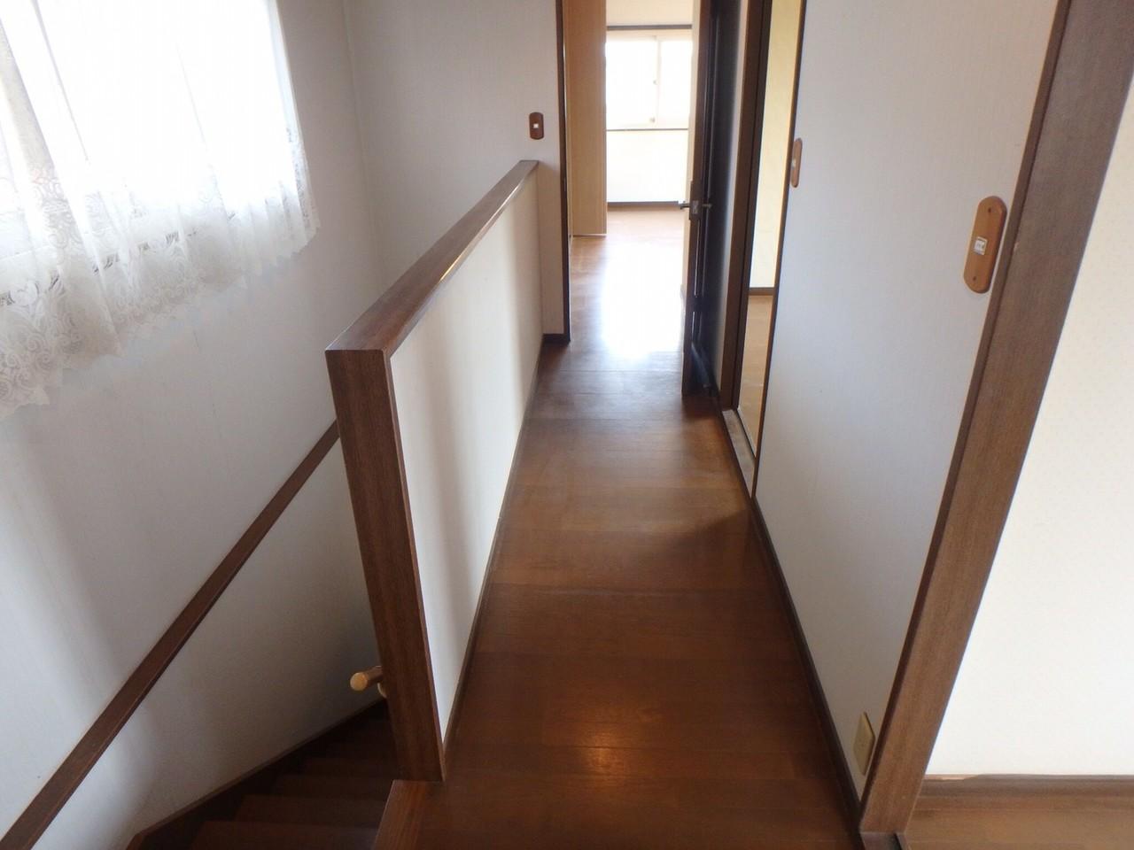 曲がり階段をあがると、吹き抜けの廊下になっています。 窓からの日差しが明るく照らしてくれています。