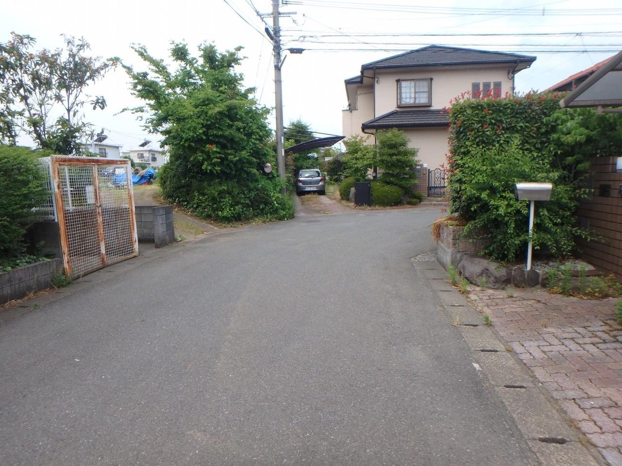 家の前の道路は広く、車の出し入れもスムーズに行えそうです!
