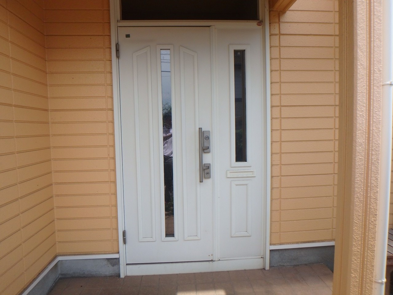 南向きの玄関は、白いドアで綺麗にされています。