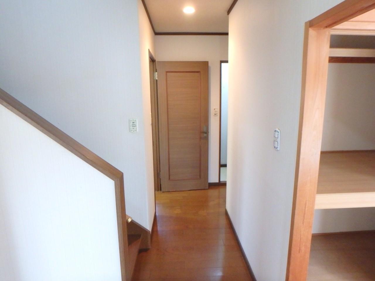 玄関を開け中に入ると、外からの日差しで廊下が明るくなりました。 左手がリビングと廊下、右手が和室になります。