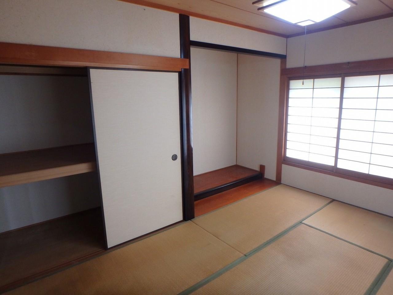 和室は6帖と広く設計されています。 押入れや板間は綺麗に使われていたので、程度は良好です。 南側と東側に大きな窓があるので、日当たり・風通しがいいですよ。