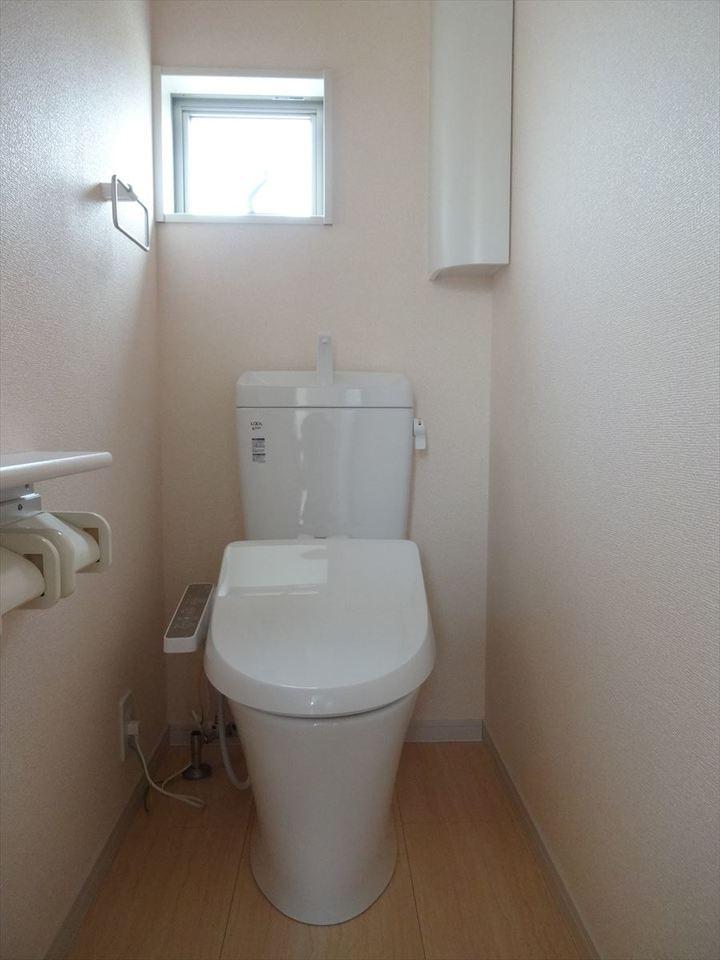 収納もあるトイレ。窓は換気に便利です。
