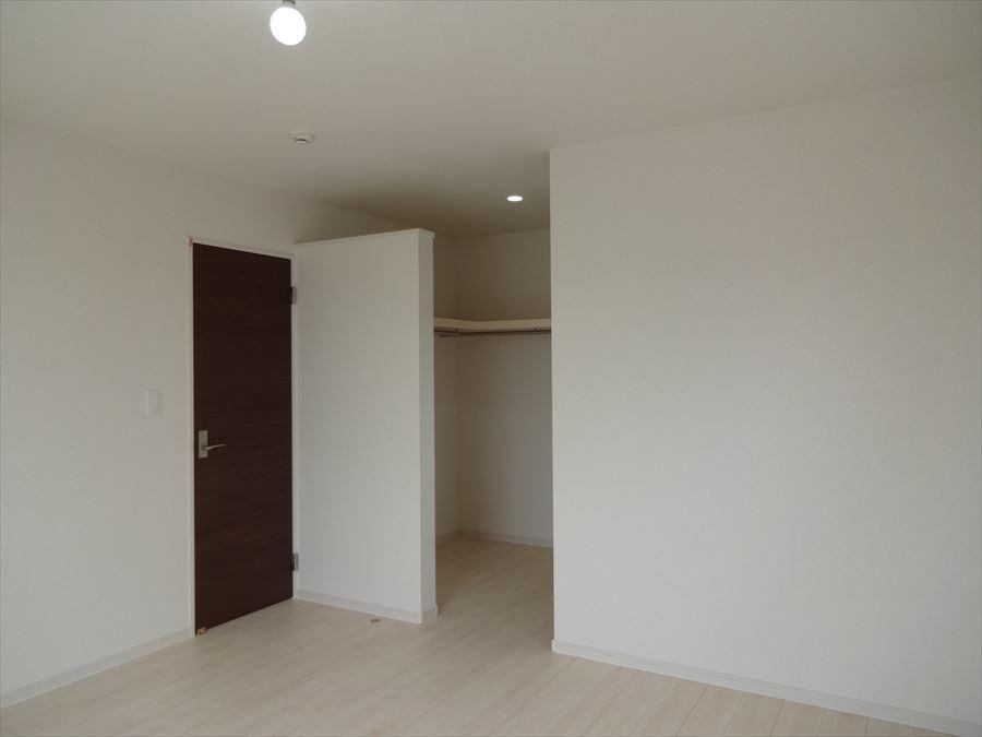 8帖洋室。W.I.Cも備え、採光もしっかり考え明るさもありながら落ち着きのあるデザインに癒されます。