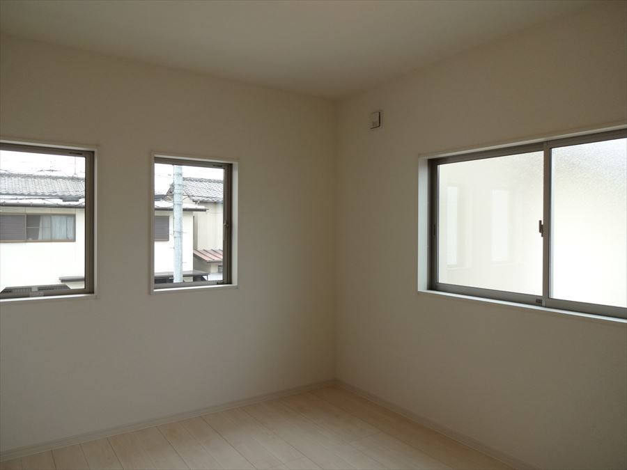 6.5帖洋室。明るく、収納スペースも完備された洋室は、子供部屋としても、寝室としてもお使い頂けます