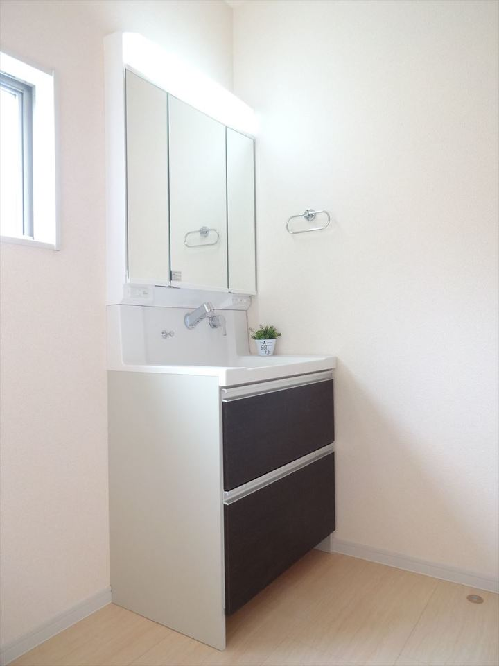 ミラーの裏側すべてが収納スペースで、広い鏡面を使える3面鏡タイプの洗面化粧台です