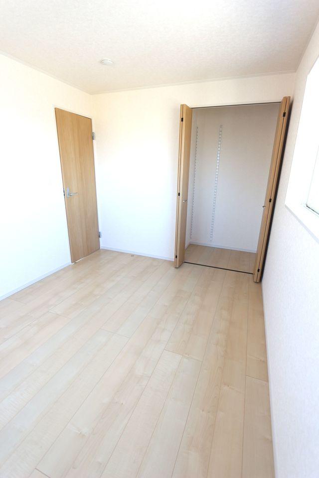 2階洋室は全てフローリング貼。 お掃除楽々です。