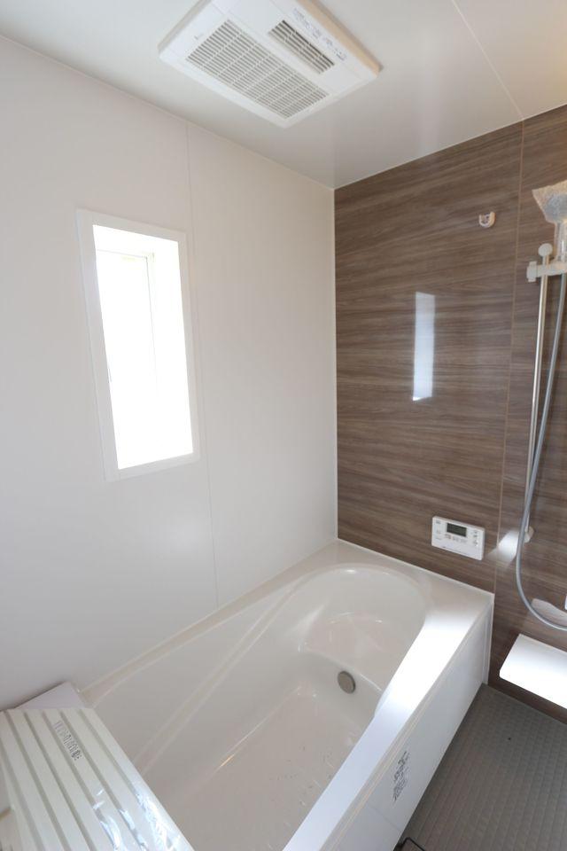 足を伸ばしてゆったりできる い1坪サイズの浴室。