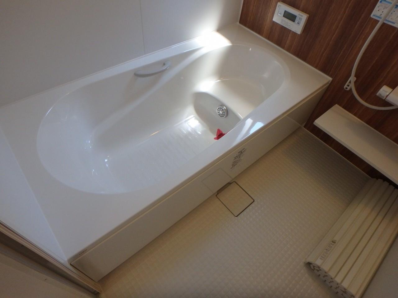 足を伸ばせるお風呂は、家族の憧れ。 大人数で入っても余裕の広さがあるのは、戸建ならではですね。