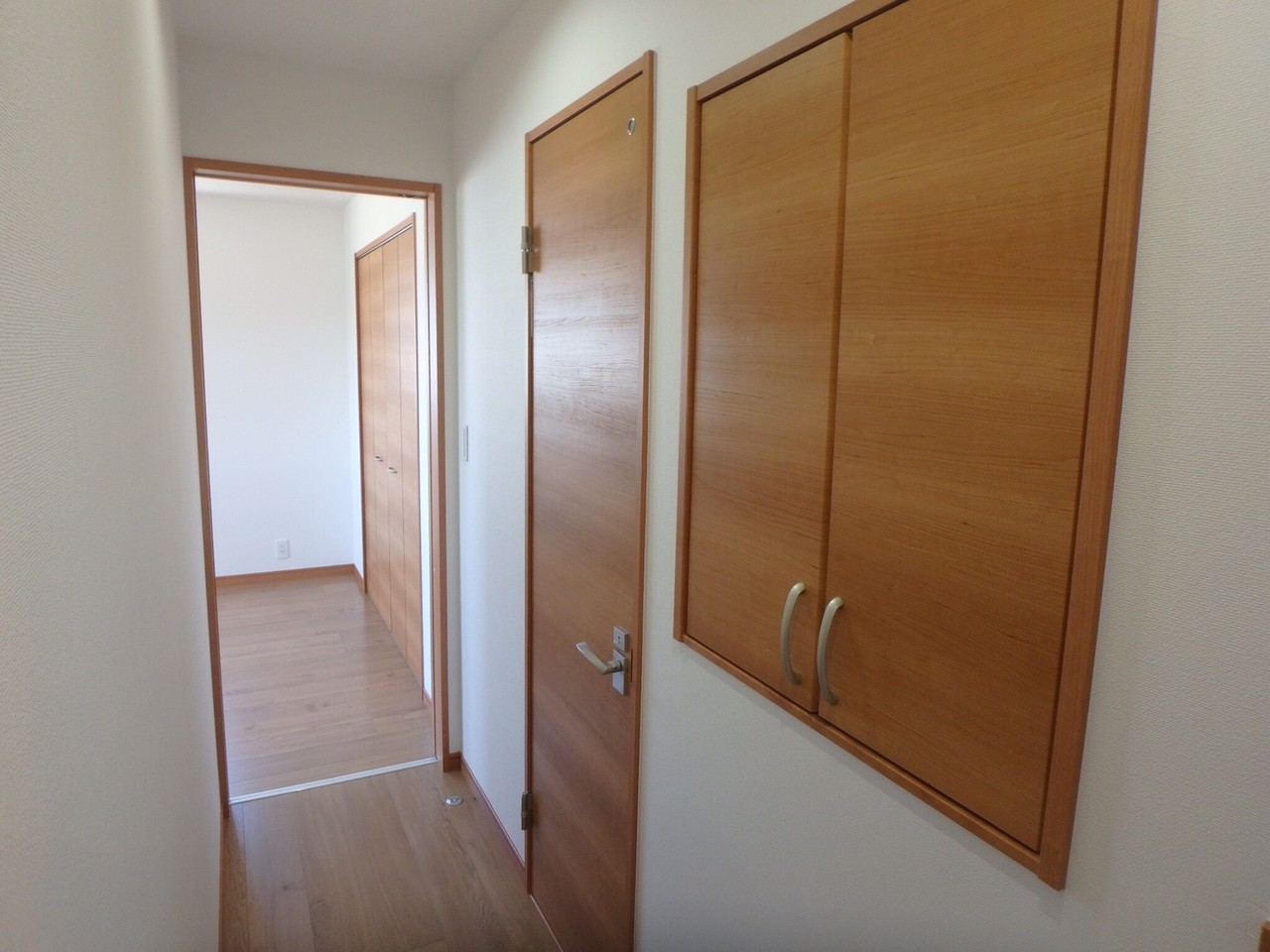 2階の廊下には、スペースを活用した収納棚も完備。 建売にはめずらしい空間を利用した収納力は嬉しいですね。