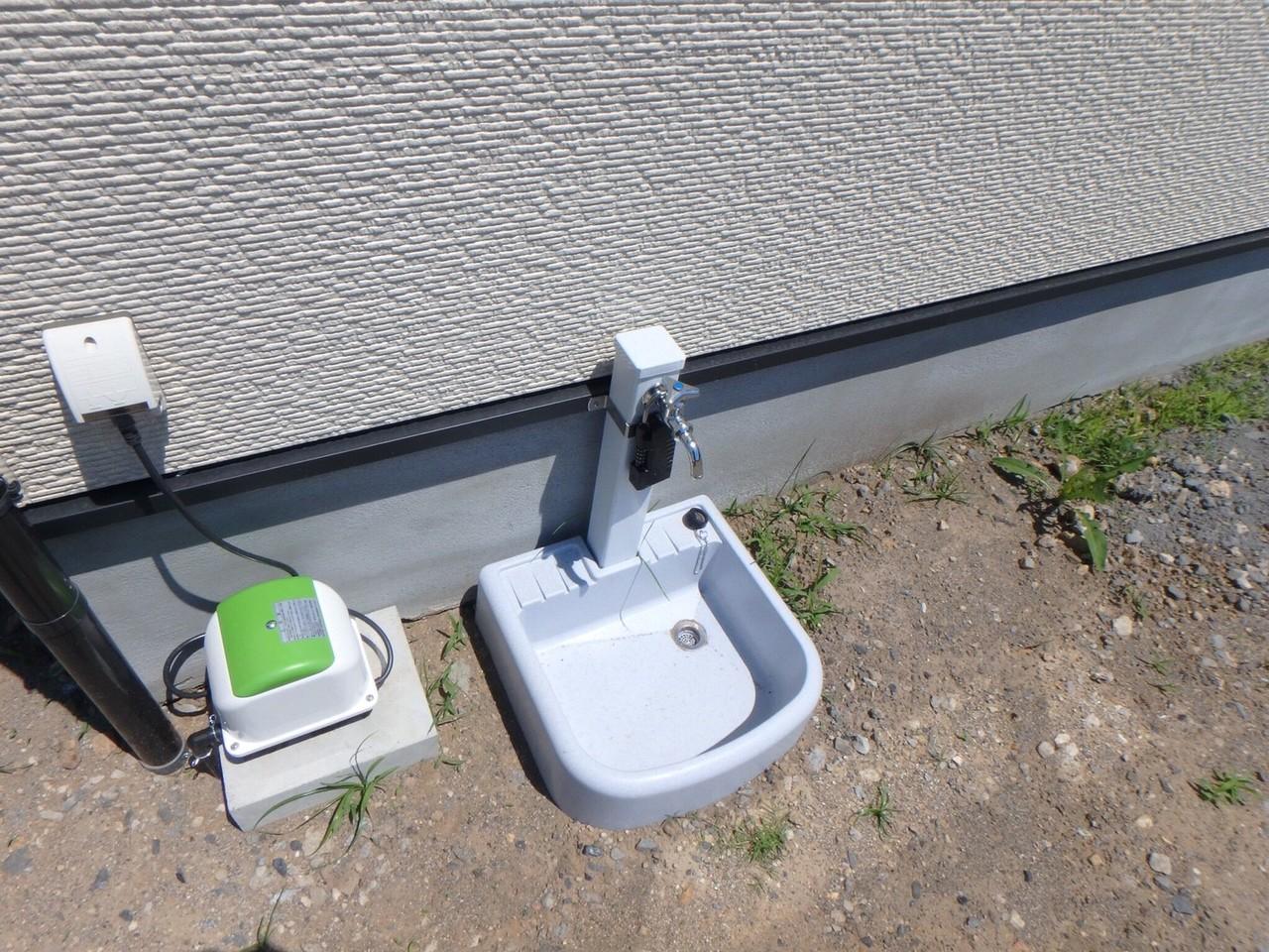 お庭には外水洗も最初から付いています。 子どもと水遊びしたり、車の洗車をしたりなど、便利ですね。