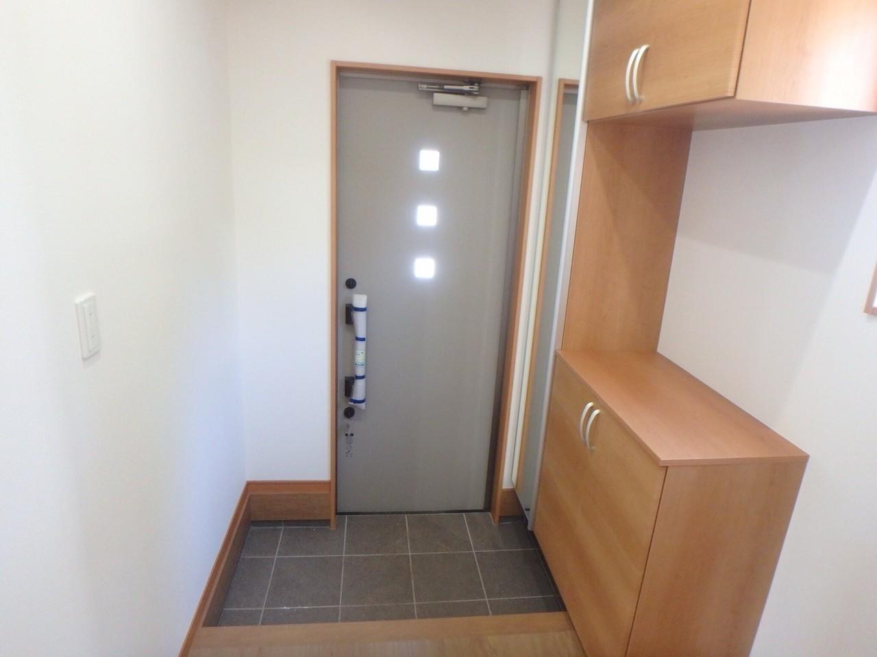 玄関収納は、天井まである大容量! 全身を写せる鏡もついているので、朝の身支度はバッチリ♪