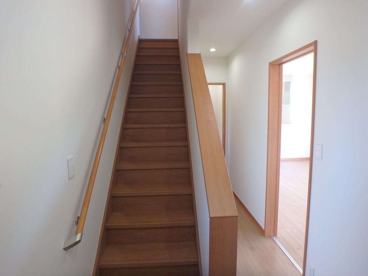 玄関入ってすぐ左手に階段があります。 最近は、リビング階段が多いですが、階段を廊下に設置することにより、光熱費の節約につながります。
