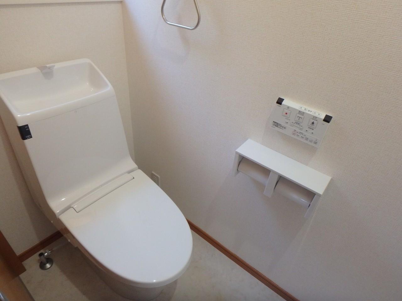 廊下の突き当たりには、トイレがあります。 廊下にあることで、リビングを空間を隔てているため、ホッとできる空間になっていると思います。