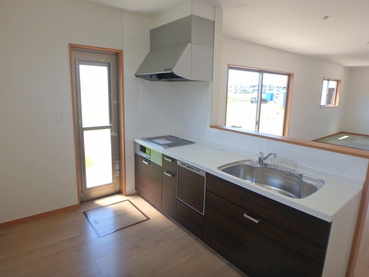 システムキッチンは、IHコンロと食器洗浄機を装備。 リビングが見渡せるカウンターキッチンは、主婦にとって必需品ですね♪