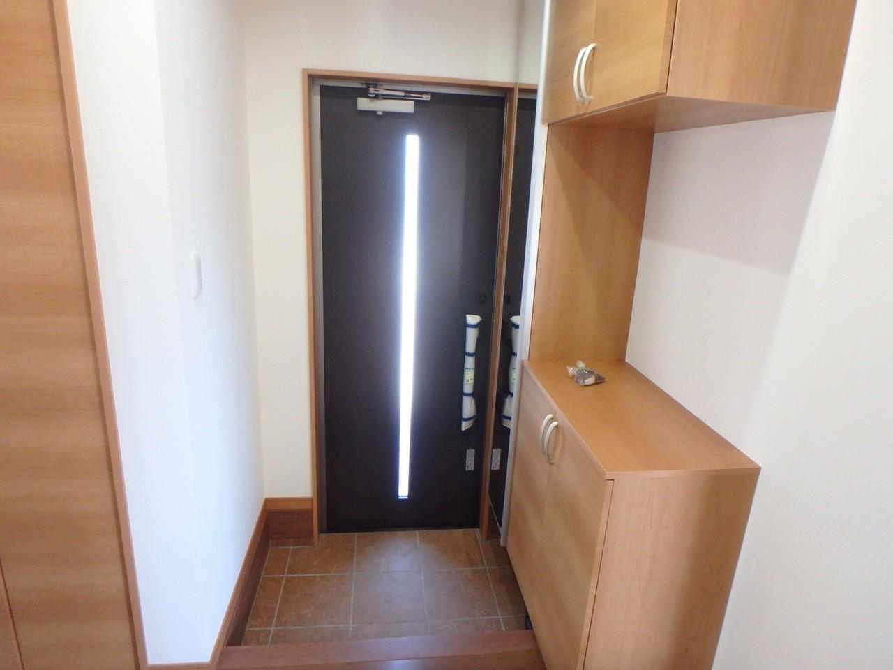 天井まである大容量のシューズボックスは、ご家族の多い方には嬉しいですね。 全身鏡(姿見)も兼ね備えているので、家を出る前の身だしなみチェックもできちゃいます!