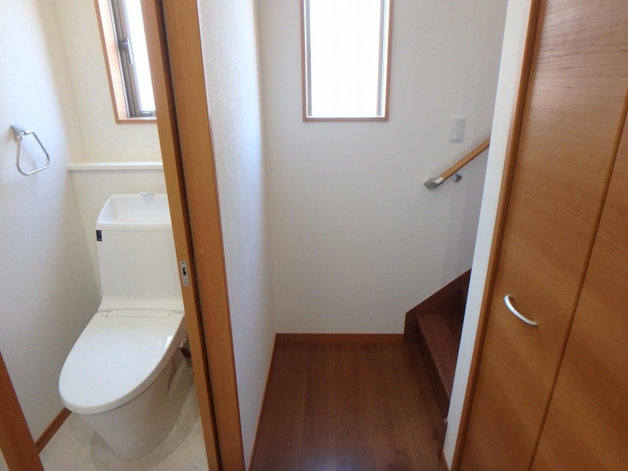 玄関入って右手には、収納・階段・トイレを完備。 廊下のある家が少なくなってきている中で、建売で廊下&階段は嬉しいですね。 廊下という空間があることで、部屋と部屋の仕切りにもなっていますよ。