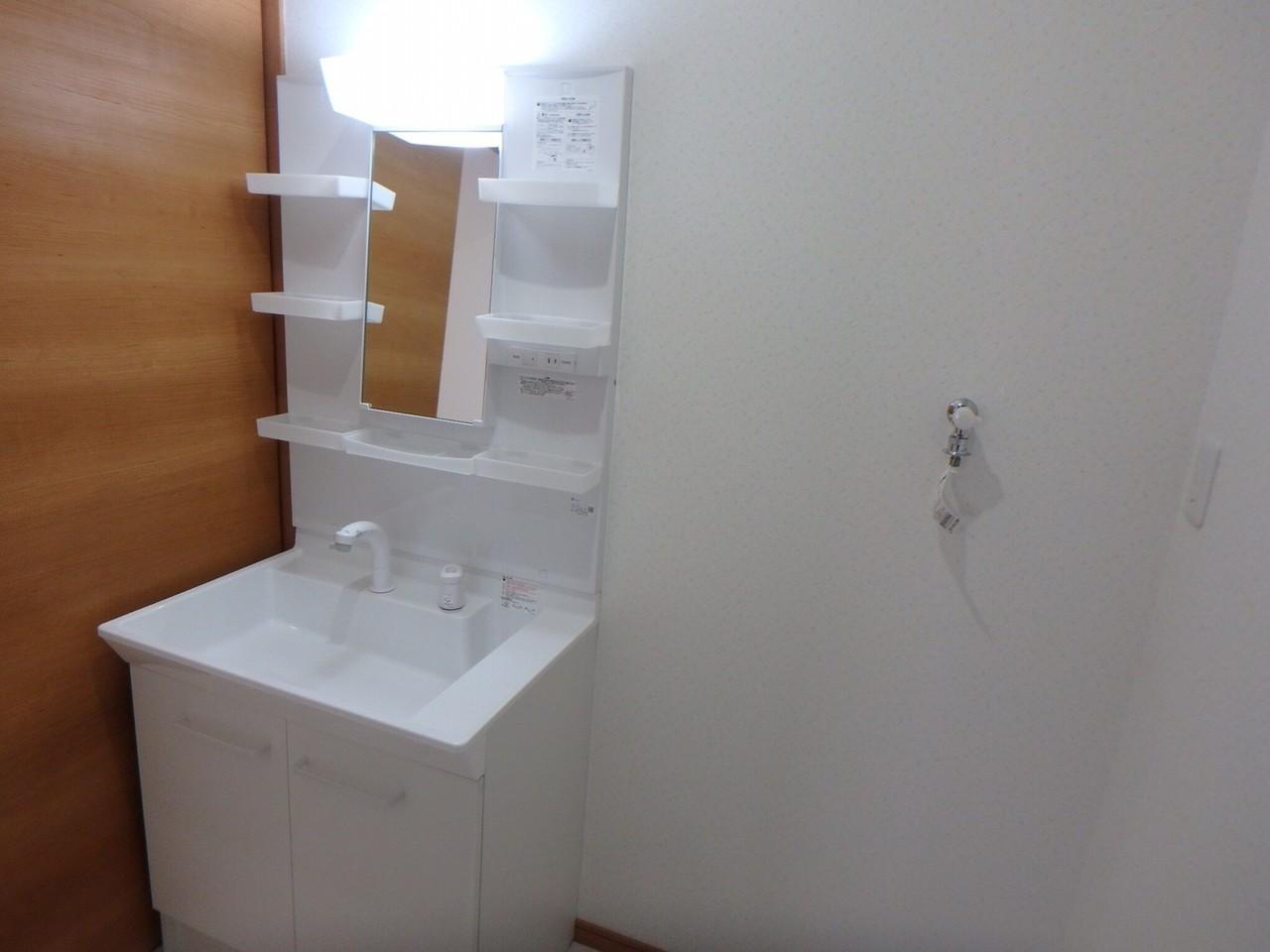 シンプルな洗面台は、家族の大切な場所。 毎日使う場所だからこそ、いつも清潔に保ちたいですね。