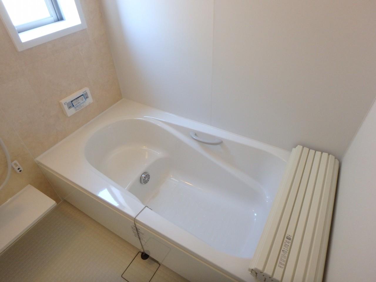 日当たりの良い浴室は、清潔感のある白で統一。 足を伸ばして入れる浴室は、戸建の憧れです♪