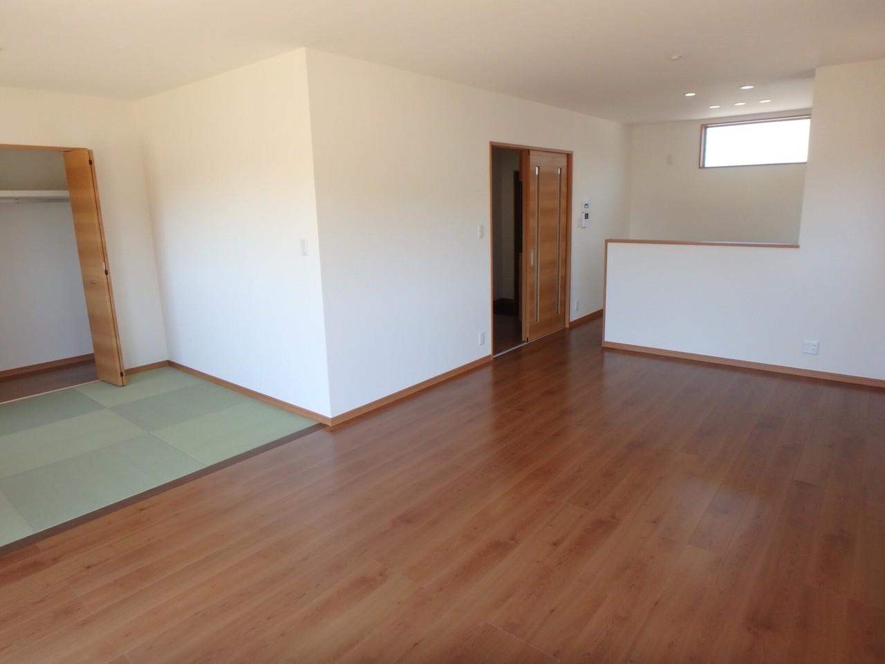 玄関入って左手の扉をあけると、そこはリビングスペース。 17畳ものリビングに、4畳の畳スペースがあるので、とても広く感じます。 日当たりが良いのも嬉しいですね。