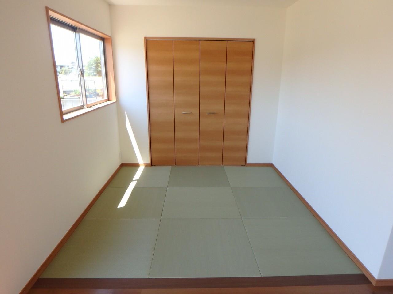 続きの間になっている和室は、お子様が小さいときはキッズスペースに。 将来的には、吊り扉をつけて客間にすることもできます。 1階に和室があると、ご両親が来た時など、重宝します。