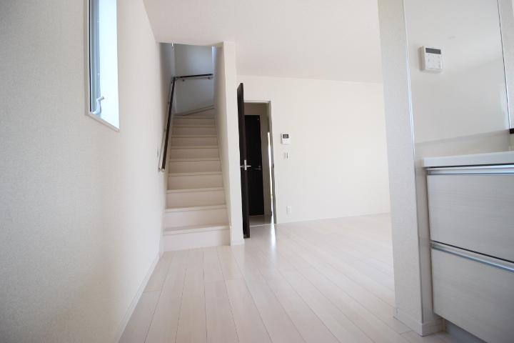 16帖のLDK内には2Fへ行くための階段があります。