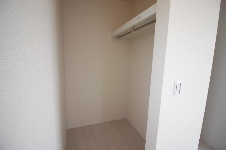 階段下収納です。高さがあるので掃除機やスポーツ道具も収納できそうです。