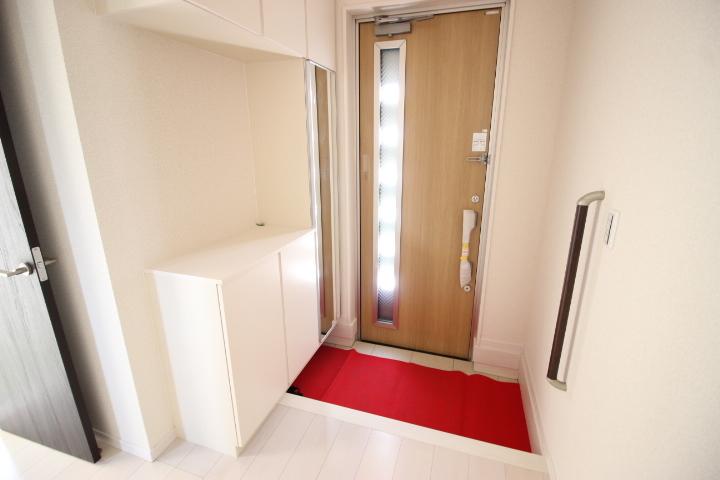 白を基調とした玄関なので明るい空間です。