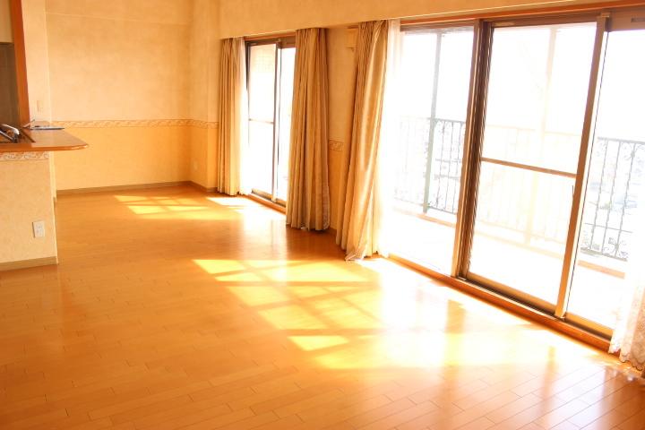 南側のワイドバルコニーからはたっぷりの陽光が差し込みます 大きめの窓が解放感がありますね
