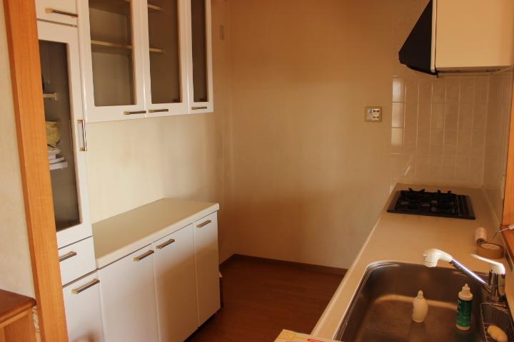食器棚付きのカウンターキッチン しっかりとした収納があるのがポイントです