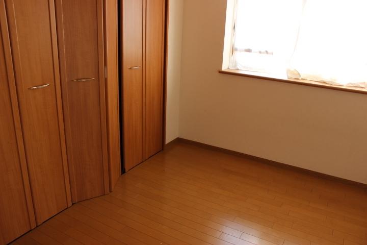 木の温もりが優しいフローリング クローゼットもあるのでお部屋もすっきり片付きます