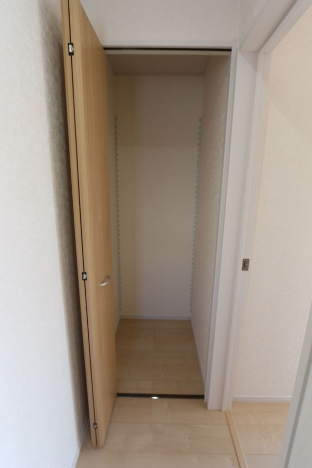 2階廊下にも収納スペースを配置。