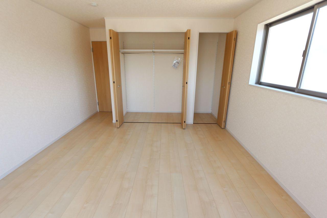 9.5帖の洋室は壁一面に クローゼットがあり、主寝室に ぴったりです。