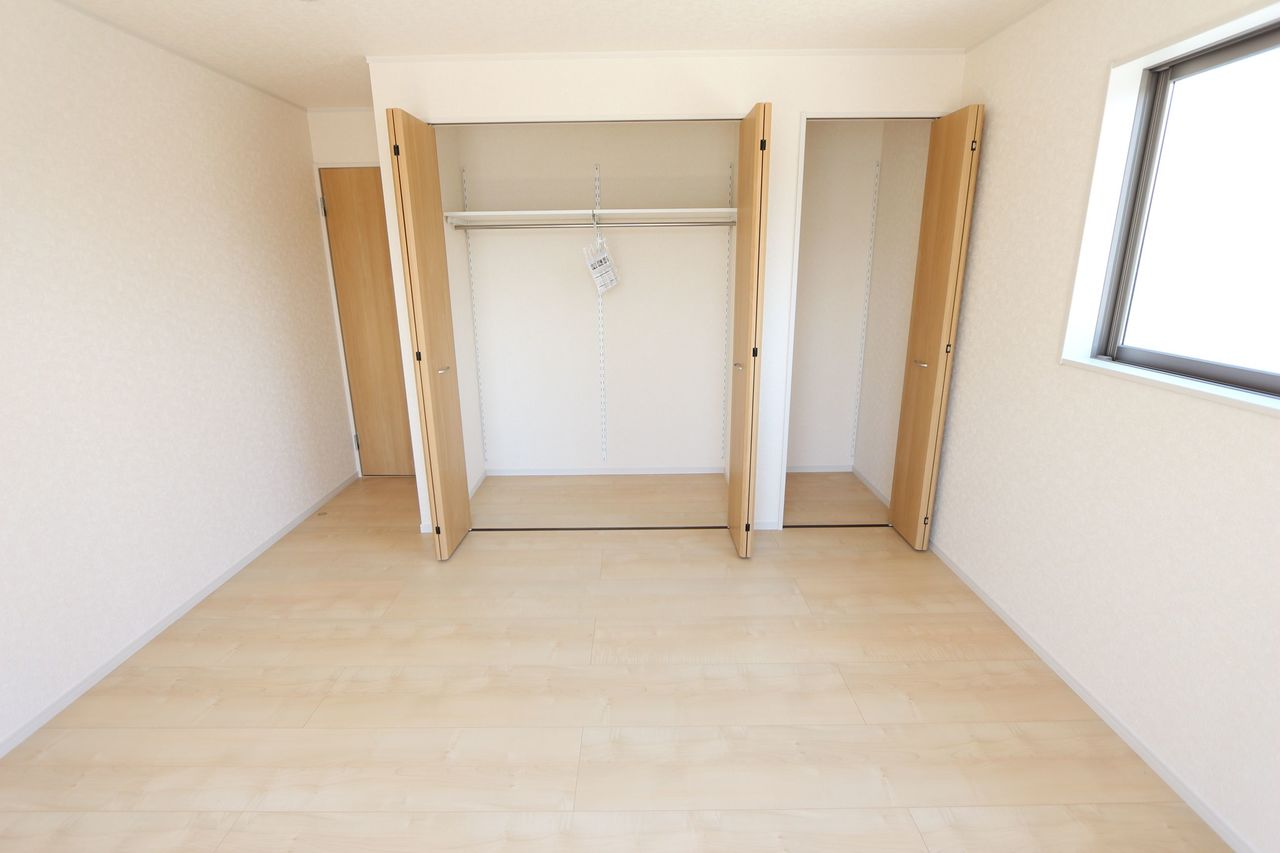 壁一面に大容量のクローゼットを配置。