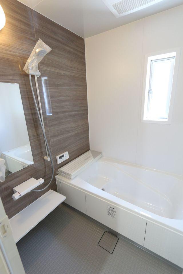 浴室乾燥機完備の浴室は 広さ1坪のゆったりサイズ。