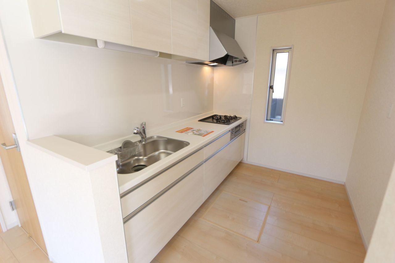 大型の引き出し・吊戸棚・床下収納庫を 設置し、散らかりがちなキッチンも スッキリ整理できます。