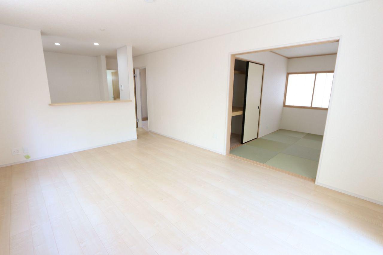 和室と合わせて22帖の広々空間。