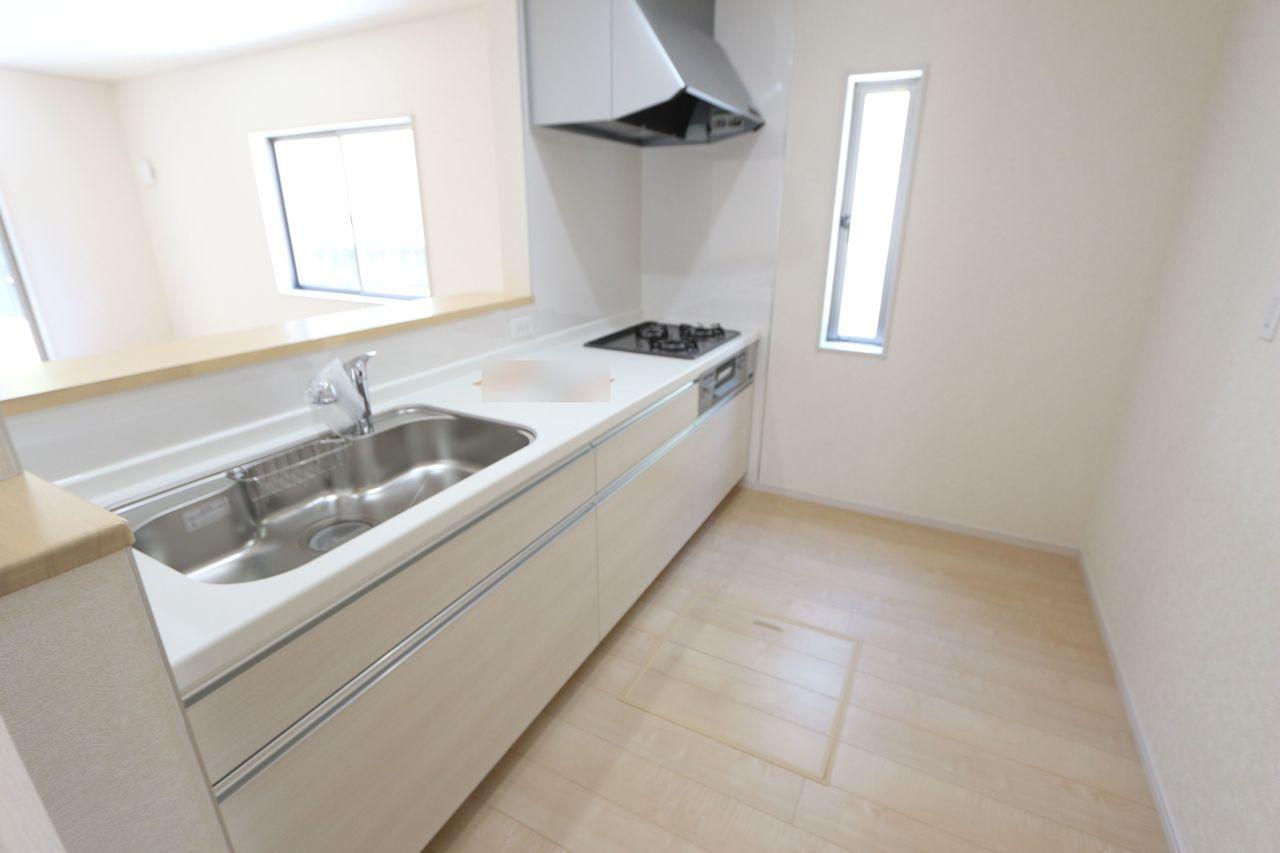 白を基調とした清潔感あふれる キッチンです。