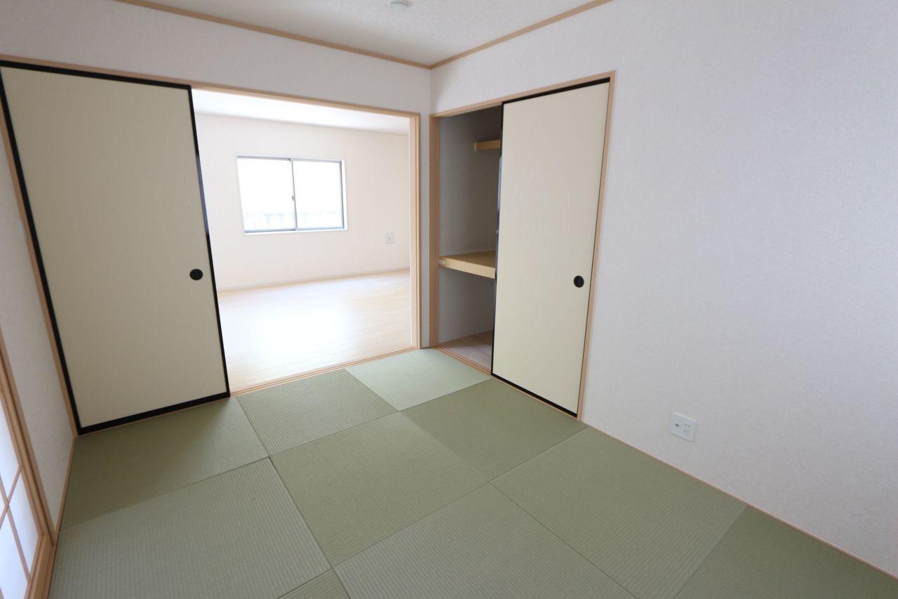 リビングに続く開放的なお部屋です。