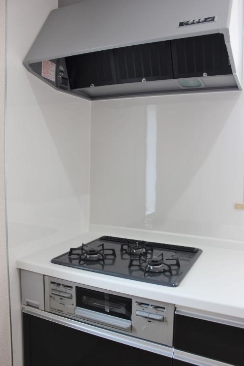 キッチン・シンク 浄水器一体型水栓を採用しています。 蛇口と一体になった浄水器でキッチン周りがスッキリ。 クレイドルガーデンシリーズ 同仕様写真