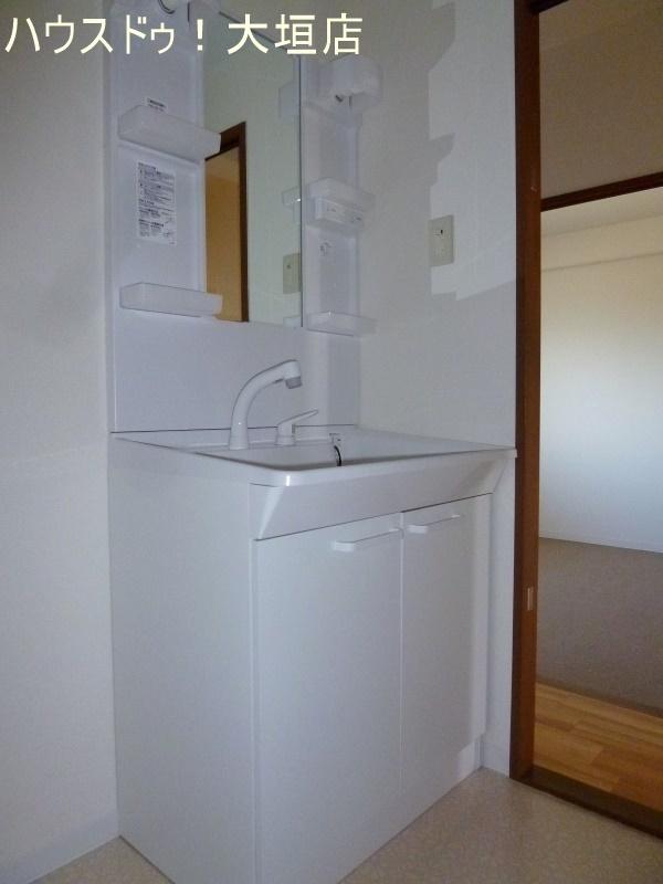 収納スペース沢山の洗面台、洗面ボウルも深めの造りになっています。