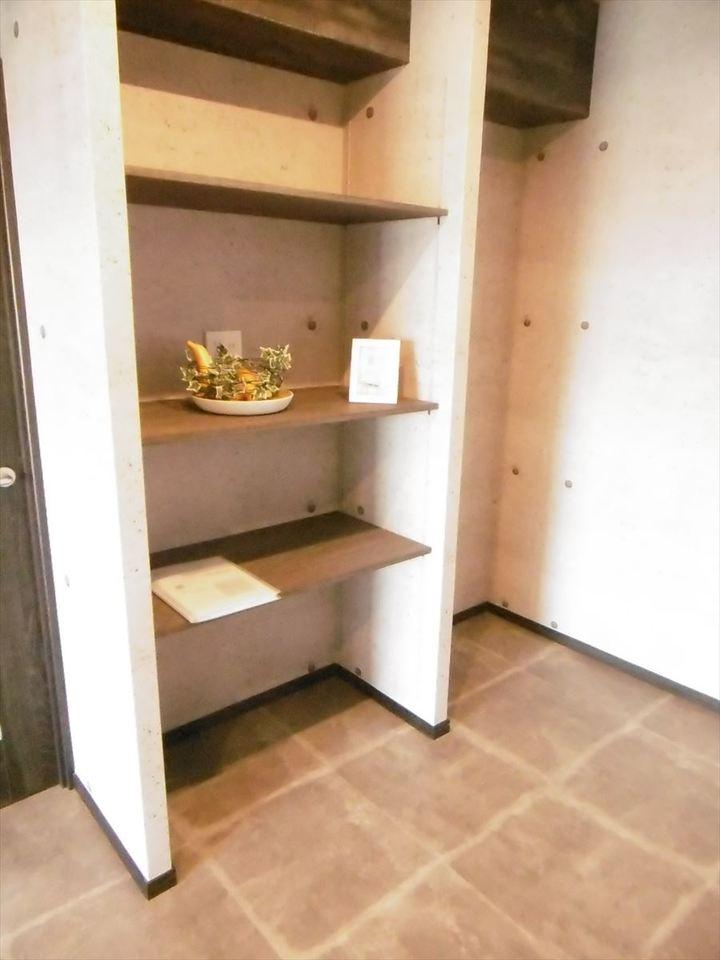 キッチン後ろには収納棚が備え付けられています!飾り棚として魅せる収納にしてもよし、食料や食器を置いてキッチン周りをスッキリさせるのもいいですね♪