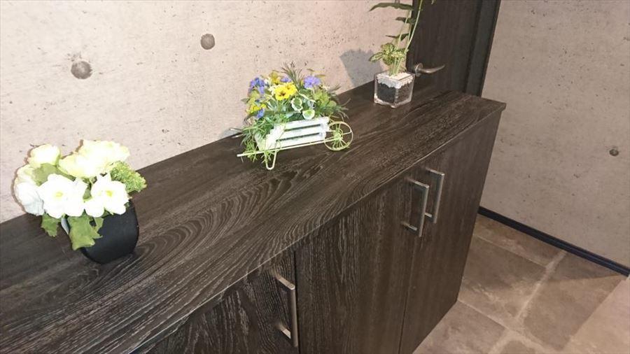 ご家族分の靴もしっかり収納できますので、いつでも玄関はスッキリ空間♪お花や絵を飾ればパッと華やかになりますね。