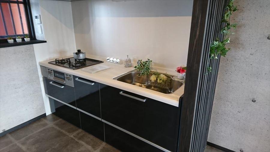 収納豊富なキッチンは3口コンロでお料理の効率がアップします◎お手入れしやすいシステムキッチンで、防ぎきれない油はね汚れも楽々お掃除でいつもキレイに♪