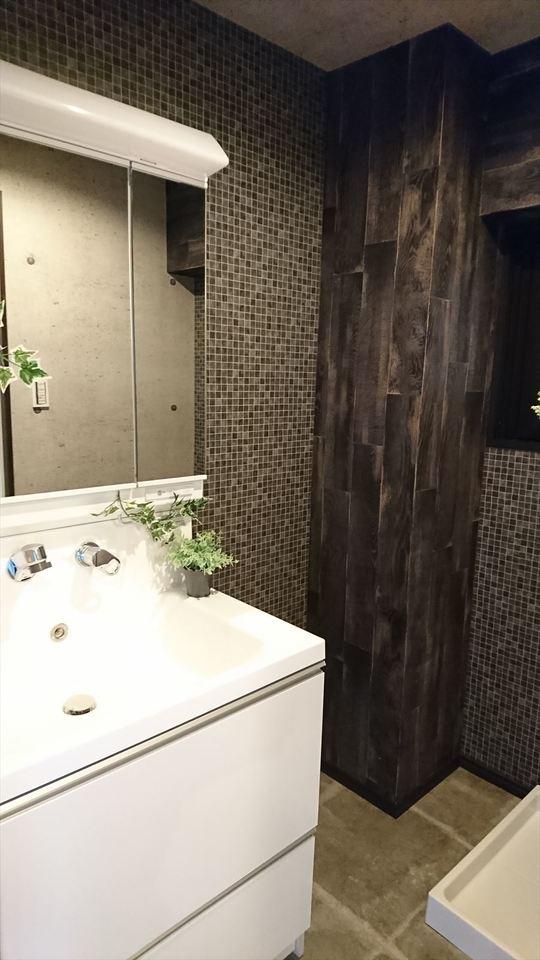 洗面所にも収納付き♪大きな鏡で朝の身支度も楽々!壁だけではなく、PSまでおしゃれに・・。細部までこだわっているのが分かります!!