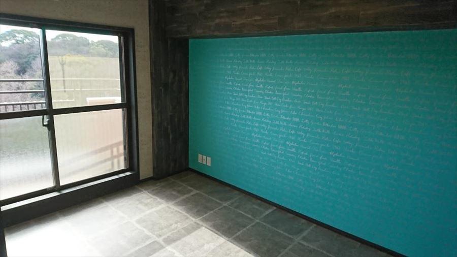 6帖の洋室には収納完備。生活スペースをゆったりスッキリ使用できます。壁紙にインパクトとワンランク上のおしゃれ感を・・♪